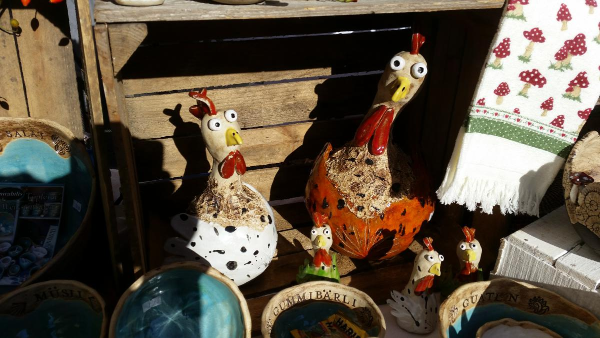 Keramikhühner und Müslischüsseln