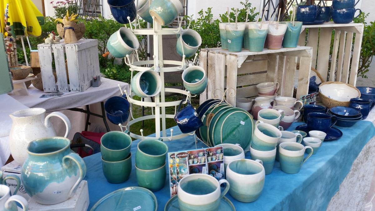 Tassen, Teller und Saftbecher am Marktstand