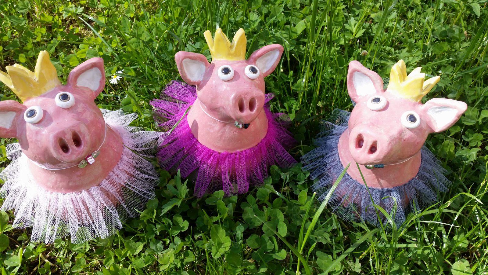 getöpferte Schweine im Tütü