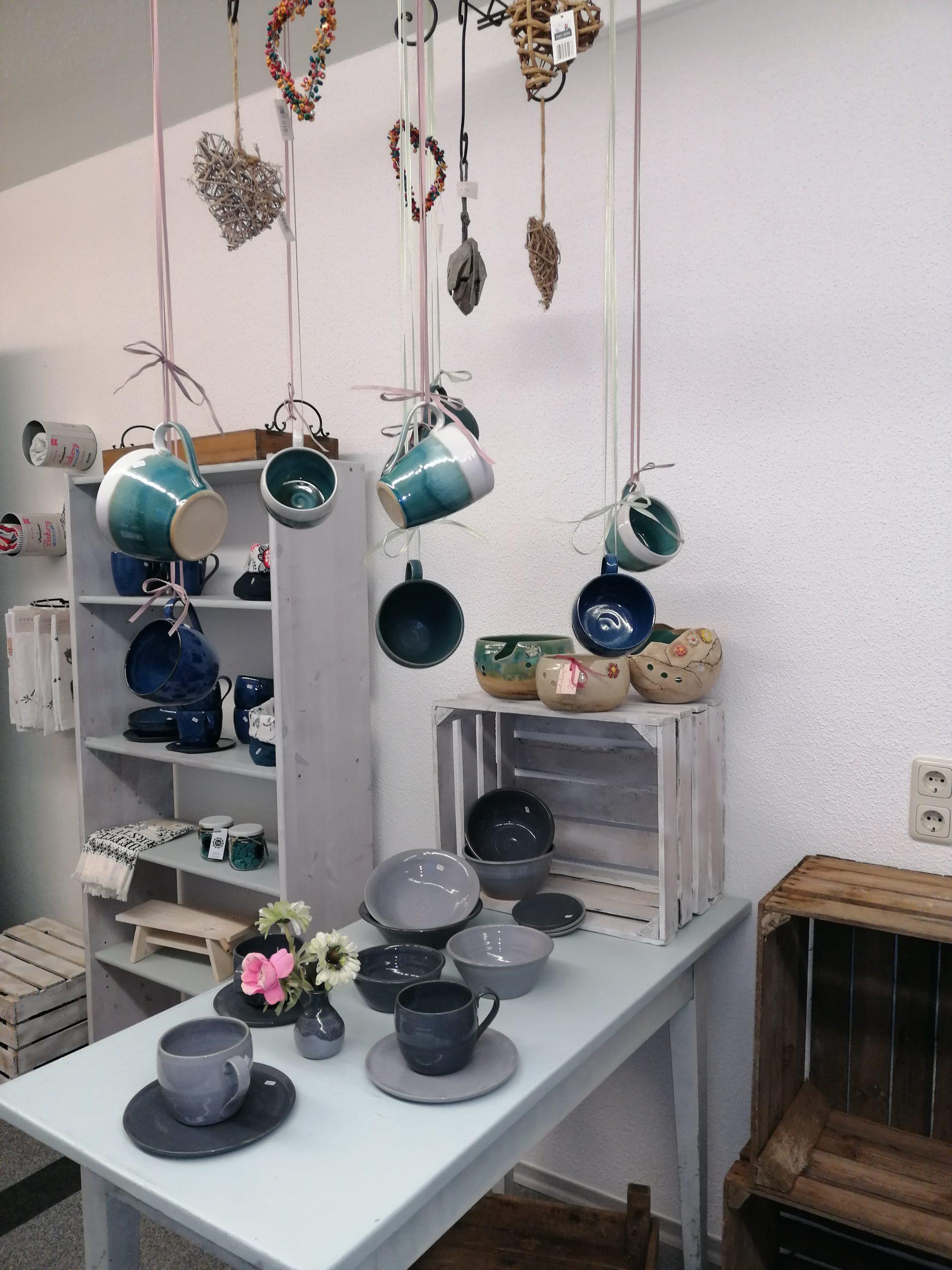 handgetöpfertes Geschirr, Tassen, Schüsseln und Unterteller